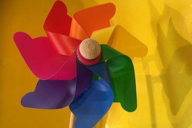 Buntes Windrad auf gelben Hintergrund - Copyright: Silke Meyer