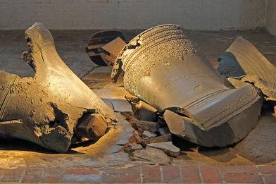 Die Trümmer der heruntergefallenen Glocken in St. Marien - Copyright: Manfred Maronde