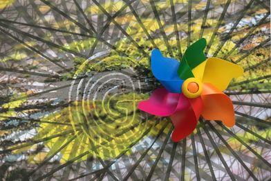 buntes Windrad auf einer Fläche von verschieden Formen und Kreisen und Linien und einem Labyrinth  - Copyright: Silke Meyer
