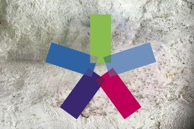 bunte Windmühle auf weiß verputzter Wand - Copyright: Silke Meyer
