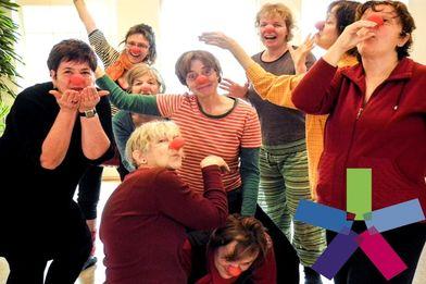 7 Frauen mit ihrer roten Clownsnase, die Freude und Gefühl zum Ausdrucke bringen - Copyright: Bettina Sick-Folchert