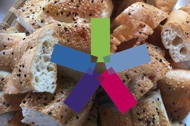 geschnittenes Brot im Brotkorb in der Mitte ein buntes Windrad - Copyright: Silke Meyer